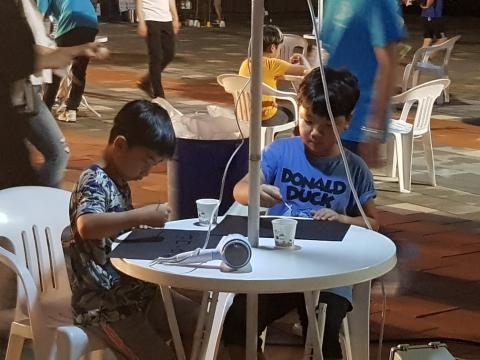 소금물 그림 그리기에 열중하고 있는 어린이들 ⓒ 김순강 / ScienceTimes