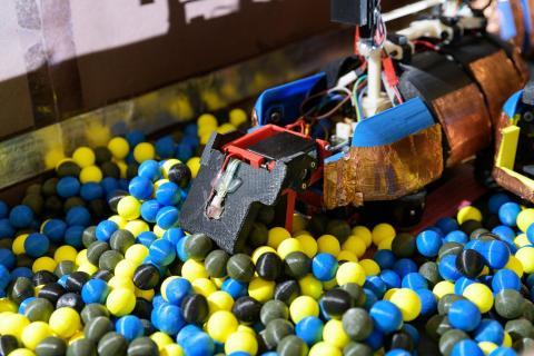 조지아텍 대니얼 골드먼 교수팀이 만든 자율로봇들이 개미들이 굴을 파는 습기 있는 땅과 흡사하게 만든 3D 인쇄로 만든 공을 파내는 모습. CREDIT: Rob Felt, Georgia Tech