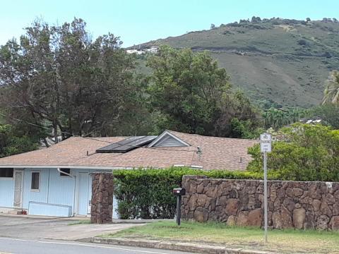 하와이 호놀룰루 시 마키키(Makiki) 지역 일대의 주택 지붕에 태양열 에너지 패널이 설치된 모습. ⓒ 임지연 / ScienceTimes