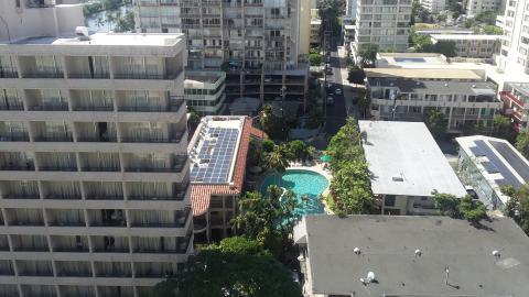 높은 곳에서 내려다 본 하와이 호놀룰루 시 중심. 고층 빌딩, 아파트, 호텔 등 옥상에 설치된 태양에너지 패널이 눈에 띈다.  ⓒ ScienceTimes