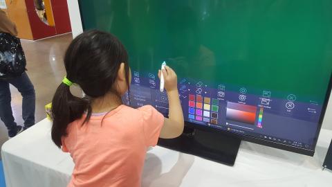 한 학생이 스마트 스쿨 전시관에 마련된 전자칠판을 체험해 보고있다. ⓒ 김지혜/ScienceTimes