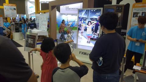 3D 피팅시스템을 체험해보고 있는 관람객들. ⓒ 김지혜/ScienceTimes