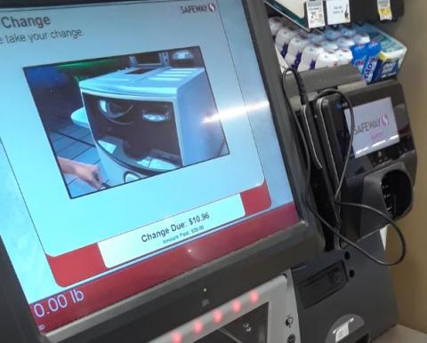 구매하려는 물건의 바코드를 무인 계산대에 부착된 카메라에 인식시켜주면 해당 제품의 가격이 기기 전면에 표시된다. ⓒ 임지연 / ScienceTimes