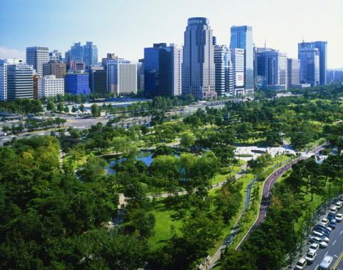 과학자들은 도시 주요 도로 주변에 녹지를 확보 및 도로 다이어트, 바람길 조성 등의 폭염저감형 도시 설계를 해법으로 제시하고 있다. ⓒ 산림청