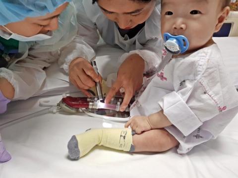 아이의 심장과 연결된 인공심장을 살펴보는 의료진. 소아는 체구가 작아 인공심장을 몸 속에 삽입하는 성인과 달리 외부에서 직접 연결한다. ⓒ 세브란스병원