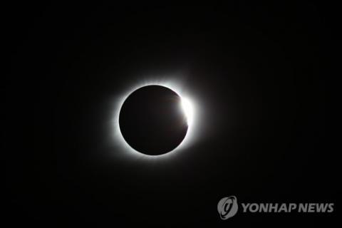 한국천문연구원이 지난해 8월 22일 미국 전역에서 일어난 개기일식에 원정 관측단을 파견해 촬영한 코로나(태양의 대기층). 달이 태양을 완전히 가리는 개기일식은 지상에서 코로나를 연구할 수 있는 유일한 기회다. ⓒ 한국천문연구원