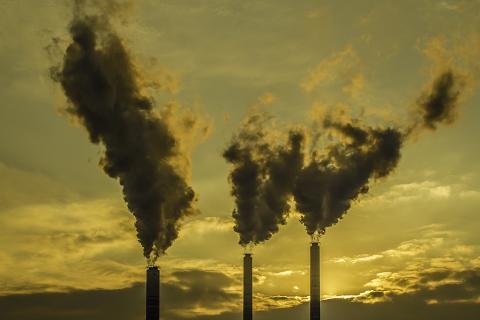 공기 중에 떠도는 미세먼지를 흡입함으로서 인간 기대수명이 크게 줄어들고 있다는 연구 결과가 발표됐다. 사진은 미세먼지를 내뿜고 있는 화력발전소.  ⓒ 이강봉/ ScienceTimes
