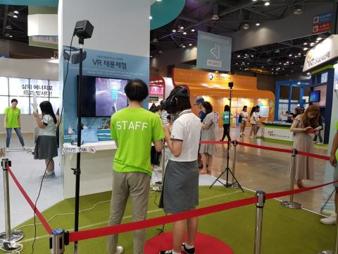 VR 태풍체험을 하고 있는 학생 ⓒ 김순강 / ScienceTimes