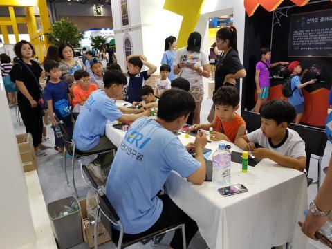 많은 관람객들이 다양한 체험활동으로 과학을 일상에서 즐기고 있다. ⓒ 김순강/ ScienceTimes
