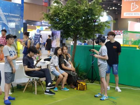 VR 체험 중인 학생 ⓒ김순강 / ScienceTimes