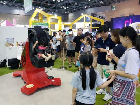 VR에 시뮬레이터가 더해진 체험에 신이난 아이들 ⓒ 김순강 / ScienceTimes