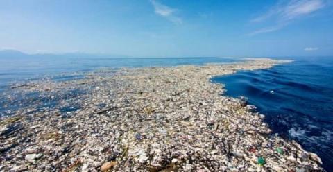 하와이와 미 서해안 사이를 떠다니는 거대한 쓰레기 섬