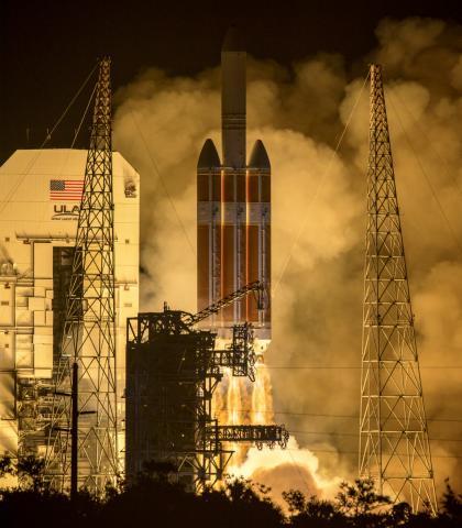 인류 최초의 태양탐사선 '파커 솔라 프로브'가 델타Ⅳ 헤비로켓에 탑재된 채 발사되는 장면.