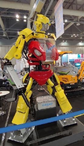 로봇모양을 한 수집 크레인이 관람객들의 시선을 끌었다.  ⓒ ScienceTimes