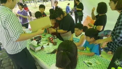 진동로봇 만들기 체험에 집중한 아이들은 로봇을 직접만들고 선생님의 설명을 들으며 진동 원리를 이해하고 있다. ⓒ김지혜/ ScienceTimes