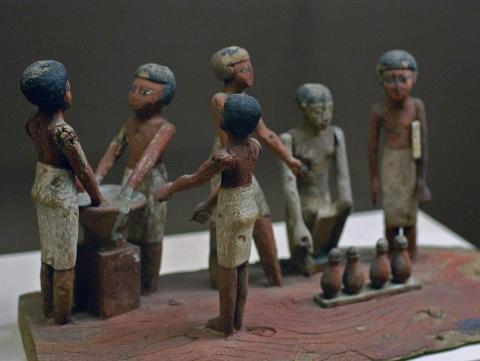 이스라엘 카멜산에 있는 라케페트 동굴에서 1만3700년 전에 맥주를 양조했던 돌절구가 발견되면서 이집트에서 8000년 전에 시작된 것으로 알려졌던 맥주 역사의 재편이 불가피해졌다. 사진은 이집트인들의 맥주 주조를 형상화한 조각품(미국 로시크루시안 이집트 박물관 소장).  ⓒ Wikipedia