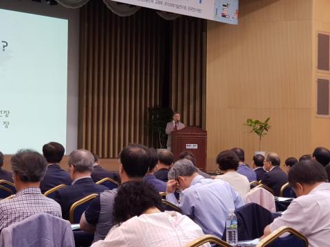엄창섭 회장이 '연구윤리란 무엇인가'에 대해 강연하고 있다.
