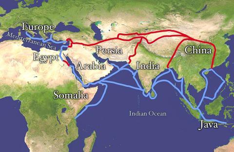 고대로부터의 무역로인 실크로드(빨간색)와 해상 무역로(파란색). Credit: Wikimedia Commons / NASA/Goddard Space Flight Center