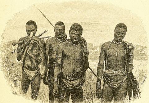 북부 칼라하리 사막에서 사냥감을 찾으러 다니는 마사르와 부쉬맨 사냥꾼들. 1892년도에 출판된 사진집에서.  Credit : Wikimedia Commons / H.A. Bryden photogr.