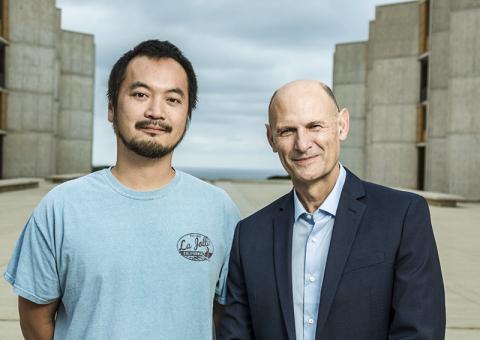 상처 세포를 피부 세포로 재프로그래밍해 큰 궤양을 치료하는 새 기술을 개발한 소크 연구소 연구팀. 왼쪽부터 마사카즈 쿠리타 연구원, 후안 카를로스 이즈피수아 벨몬테 교수. CREDIT: Salk Institute