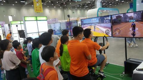 대구테크노파크 스포츠융복합산업지원센터가 마련한 ICT와 스포츠를 융합한 다양한 체험프로그램을 즐기는 관람객들. ⓒ 김지혜/ScienceTimes