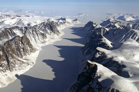 오는 9월 발사될 위성 아이스샛 2호((ICESat-2)를 통해 그동안 수수께끼에 싸여 있던 거대 빙하의 비밀이 밝혀질 전망이다. 사진은 2010년 기능이 소멸된 아이스샛 1호가 촬영한 남극 사진.  ⓒNASA