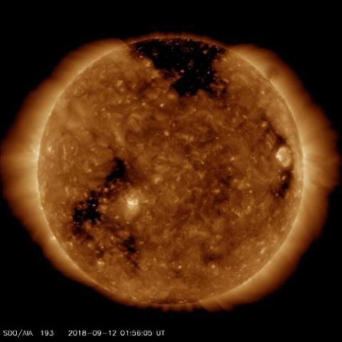 태양 코로나의 구멍(상단 검은 부분) ⓒ NASA/SDO