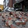 15일 포항에서 발생한 지진으로 북구의 한 빌라 외벽이 무너져 내려 파편이 뒹굴고 있다. 2017.11.15