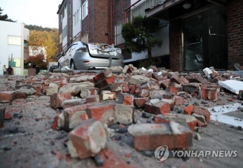 15일 포항에서 발생한 지진으로 북구의 한 빌라 외벽이 무너져 내려 파편이 뒹굴고 있다. 2017.11.15 ⓒ 연합뉴스 제공