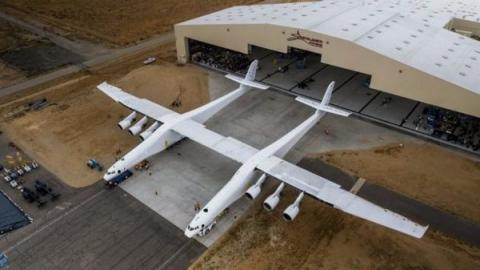 쌍동기 모양을 띈 세계 최대 크기의 항공기인 스트라토런치 ⓒ Stratolaunch Systems