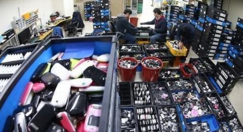 가격 상승으로 인해 디지털 장비에서 코발트 회수를 위한 재활용 작업이 증가하고 있다  ⓒ 연합뉴스