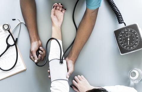 혈압을 잴 때 병원에서 의사나 간호사가 혈압을 측정하면 혈압이 올라가는 '백의 고혈압'과, 반대로 병원에서는 정상인데 집에서 재면 혈압이 높은 '가면 고혈압'이 있어 혈압관리에 주의가 필요하다. 이 때문에 전문의들은 아침 저녁 두 번씩 가정에서 정확하게 혈압을 재 담당의사에게 알려주면 도움이 된다고 말한다. 혈압을 재기에 앞서 5분 정도 숨을 고르고 마음을 편안하게 가져야 한다.  Credit: Pixabay