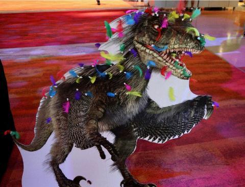 LSC(Liberty Science Center)는 최근 공룡이 깃털로 덮여있다는 연구결과에 주목했다. 이들은 사람들이 직접 공룡에게 깃털을 고정시키며 과학적인 사실을 인지할 수 있도록 체험 프로그램을 운영했다.     ⓒ  LSC : Liberty Science Center
