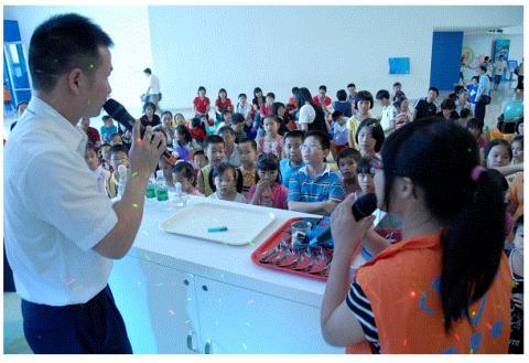 광동과학관에서는 자동으로 색깔이 변하는 물, 불길을 접는 종이 등 흥미롭고 다양한 과학쇼를 진행하고 있다. ⓒ www.gdsc.cn