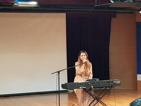 가수 박새별 씨가 과학법칙을 담은 예술공연을 하고 있다. ⓒ 김순강 / ScienceTimes