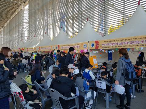 체험에 참여하기 위해 기다리는 사람들이 장사진을 이룰만큼 참여 열기가 뜨거웠다. ⓒ 김순강 / ScienceTimes
