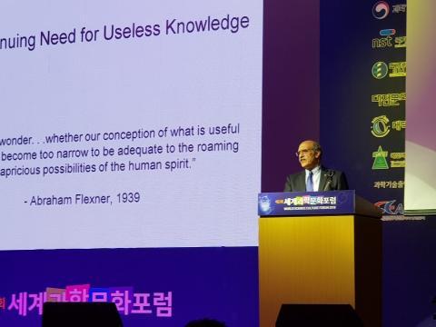 쓸모없는 연구를 계속해야 하는 필요성에 대해 강연하는 마틴 챌피 교수. ⓒ 김순강 / ScienceTimes