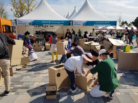 종이박스로 공룡 만들기에 도전하고 있는 가족들 ⓒ 김순강/ ScienceTimes