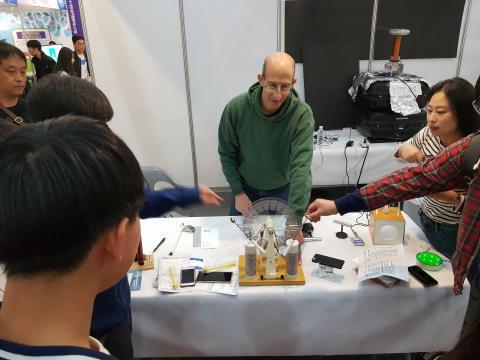 테슬라 코일을 이용해 번개를 만드는 장면을 시연하고 있다. ⓒ 김순강 / ScienceTimes