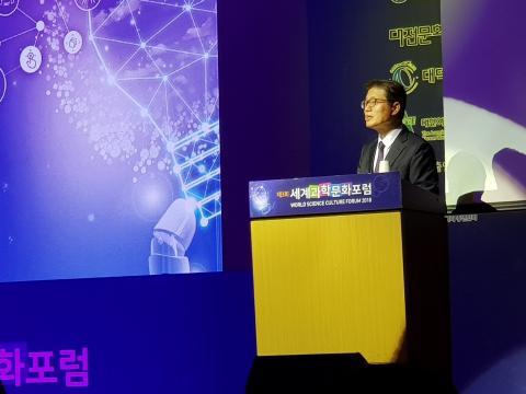 오덕성 총장이 '4차 산업혁명 시대의 고등교육의 역할'에 대해 강연하고 있다.