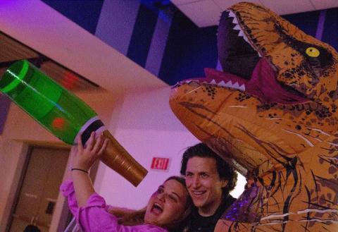 리버티 사이언스 센터(LSC : Liberty Science Center)에서는 공룡전시가 한창인 금요일 밤(Friday Night)에 'After Dark: Wine-O-Saurs' 라는 와인 파티가 열렸다.     ⓒ LSC : Liberty Science Center