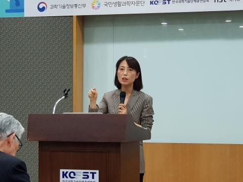 스프레이 제품 광고를 통해 국내 미디어의 역할에 대해 발표하고 있는 유명순 교수 ⓒ 김순강 / ScienceTimes