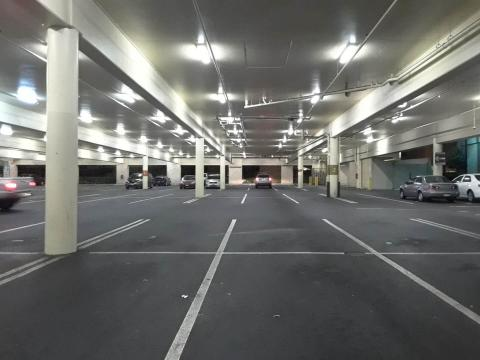 미국 하와이주 호놀룰루 시에 소재한 대형 상점 주차장 모습. 실내에 총 300여대의 자동차 주차 시설이 갖춰져 있지만, 이 가운데 전기차 전용 주차장과 전기차 충전기 시설은 단 2곳에 불과하다.  ⓒ 임지연 / ScienceTimes