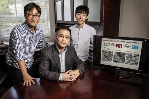 수소 연료 생산을 위한 물 분자 분해에 필요한 새로운 물질을 개발한 연구진들. 왼쪽부터 논문 제1저자인 김재민 박사후 연구원, 홍 양 교수, 페이-쉬에 쉬 대학원생. CREDIT: PHOTO BY L. BRIAN STAUFFER