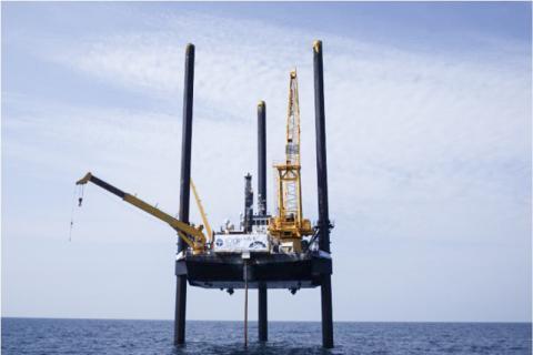 국제 해양탐사 프로그램의 굴착 작업 모습. 이 프로그램에 의해 채굴된 1마일 길이의 침전물 코어는 칙술루브 충돌구가 어떻게 형성되었는지를 밝혀내는데 도움을 주었다.  CREDIT: International Ocean Discovery Program
