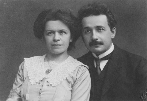 첫 번째 부인인 밀레바 마리치와 젊은 아인슈타인(오른쪽)의 모습. ⓒ Public Domain