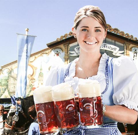 독일 바바리아 지방의 전통의상을 입은 웨이트리스가 옥토버페스트 축제에서 맥주를 나르고 있다.  Credit : Wikimedia Commons / Markburger83