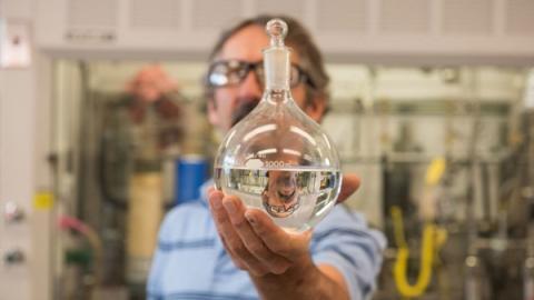 박테리아를 이용하여 탄소를 에탄올로 바꾼 다음, 알코올에서 산소를 제거하면 제트 연료와 유사한 연료를 제조할 수 있다