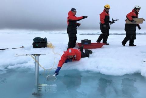 해빙변화를 측정하기 위해 장비를 설치하는 연구원 ⓒ 극지연구소