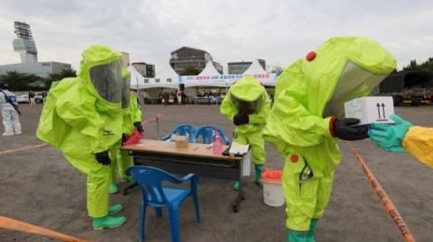 소방관계자들이 생물테러에 대응하여 합동훈련을 벌이고 있다